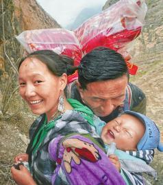 下山了,村民某色达体亲吻小孙子。记者 尹钢 王云 摄
