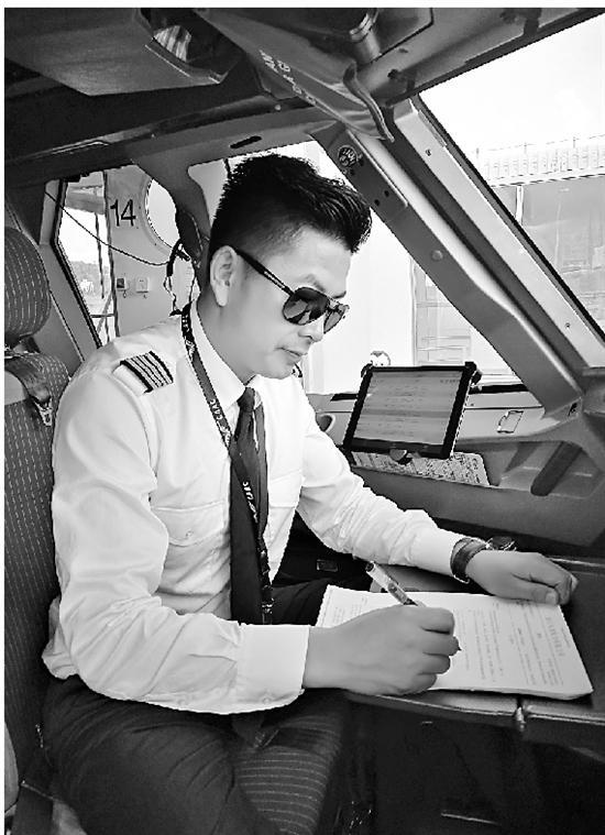 机长王德刚在工作中。