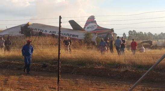 南非首都发生坠机事件致20伤 飞机零件散落一地