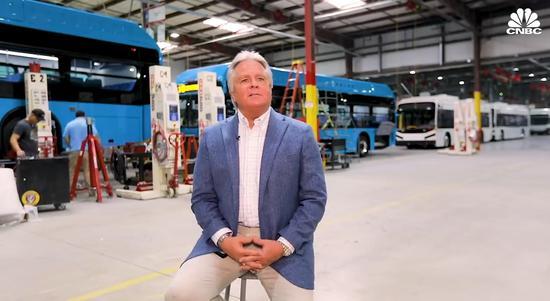 (巴士銷售公司代表,CNBC報道截圖。)