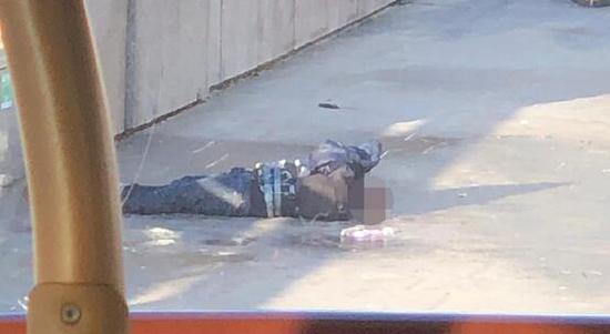 视频画面显示,凶手身上有疑似爆炸装置
