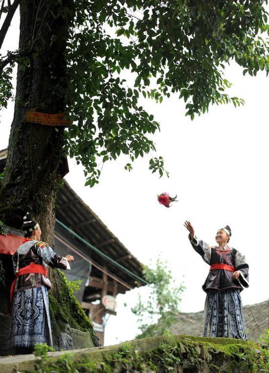 2017年7月12日,贵州省丹寨县龙泉镇高寨村的水族村民在进行打手毽活动。新华社发(黄晓海摄)