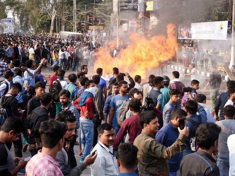 在古瓦哈蒂举行的反对《公民身份修正法案》的抗议活动中,抗议者烧毁了木块和围板。(图/ANI)