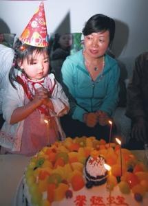 4岁的宋馨懿过生日