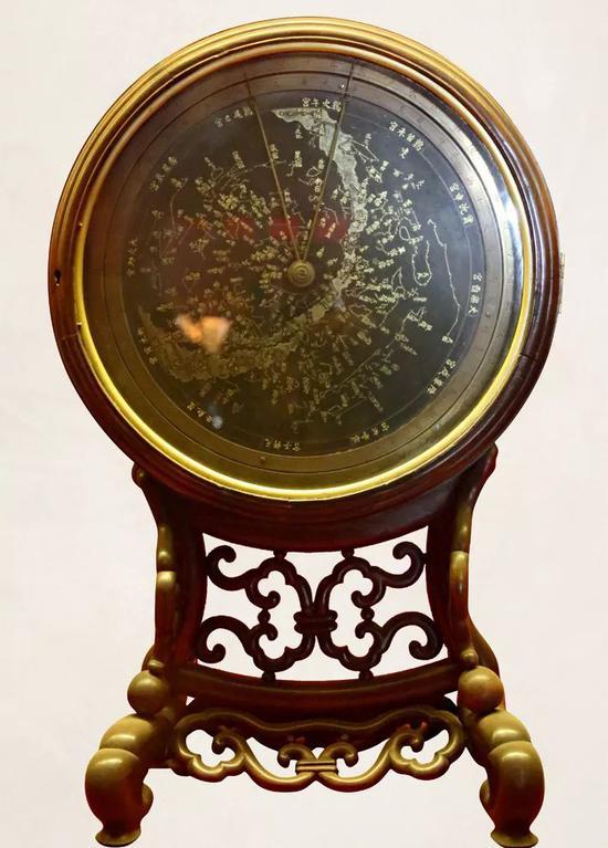 故宫博物院钟表馆所藏紫檀北极恒星图时辰节气钟。