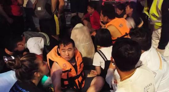 ▲被救上岸的乘客 圖自《普吉島新聞》