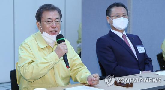文在寅25日在大邱出席疫情对策会(韩联社)