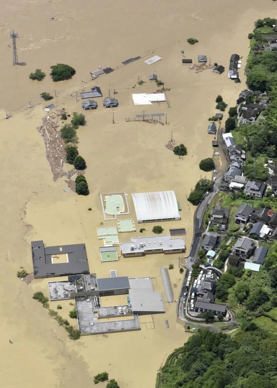 7月4日,在日本熊本县球磨村,千寿园老人院被淹。新华社/共同社