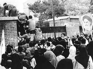 1979年11月4日,伊朗学生试图爬越美国驻伊朗大使馆围墙