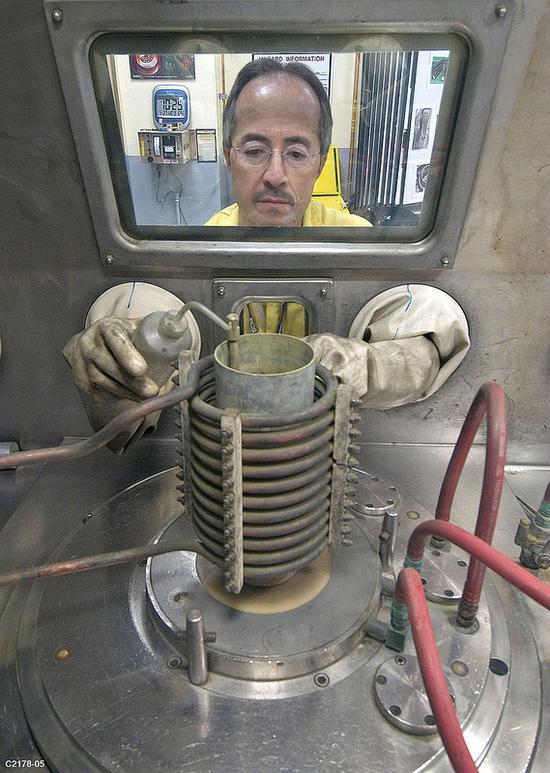 洛斯阿拉莫斯的技术人员正在进行制造钚核心的训练