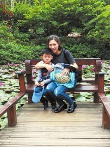 蒋敏陪儿子到公园游玩。
