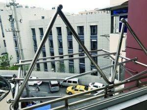 五楼阳台晾衣杆被砸坏