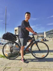 骑行中的黄瑞杰。受访者供图 图片来源:华西都市报