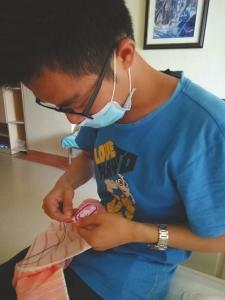 李长清在病房忙碌。