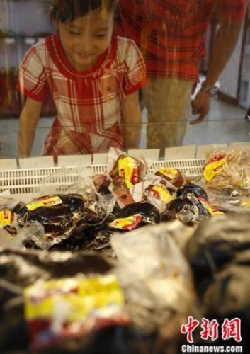 """资料图:立秋""""贴秋膘"""",顾客在购买熟肉制品。中新社发 刘关关 摄"""