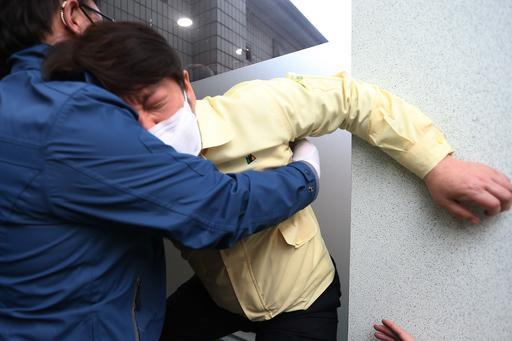 大邱市长晕倒,被身边人一把扶住。(韩联社)