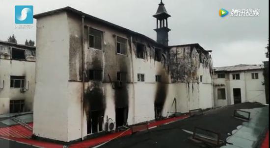 起火的客房在整个景区主干道的后身,窗口楼体都已经变形