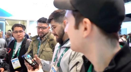 """▲很多人围在华为展台""""研究""""折叠手机(视频截图)"""