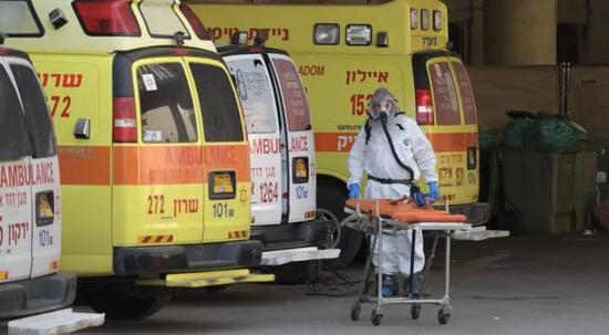 忙碌工作的以色列医护人员在特拉维夫Dan Panorama酒店待命,该酒店已成为新冠病毒确诊患者隔离酒店 摄影|<img src=