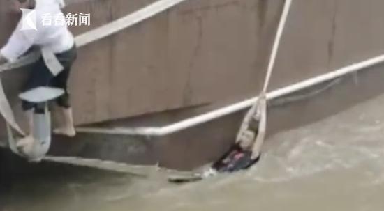"""男子被困2米深积水 他们攀住水泥台""""空中""""救援"""