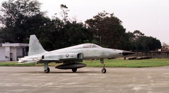 一架台军F-5E战机训练时坠海 飞行员跳伞逃生图片