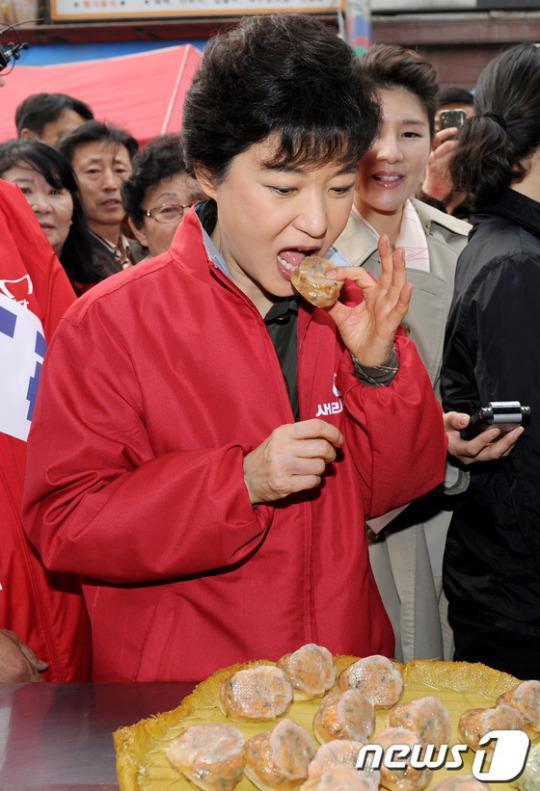2012年3月,朴槿惠视察传统市场,品尝包子。(News 1)