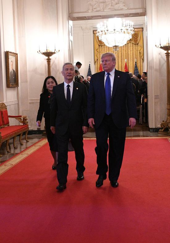 ↑ 1月15日,刘鹤与特朗普在美国首都华盛顿出席中美第一阶段经贸协议签署仪式后离开白宫东厅。 新华社记者 刘杰 摄