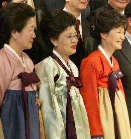 朴槿惠(右一)与姐姐朴在玉(左一)同框