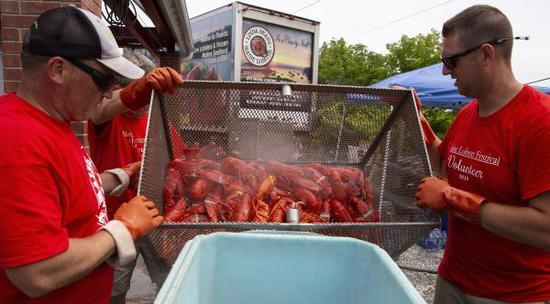 8月3日,在美国缅因州罗克兰举行的龙虾节上,志愿者在准备龙虾。 (新华社)