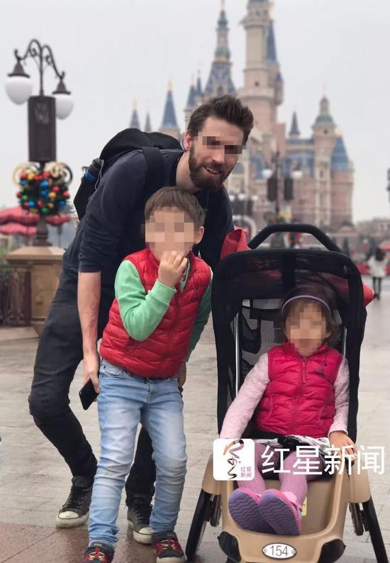 ▲迈克曾带两个孩子去迪士尼乐园游玩  受访者供图