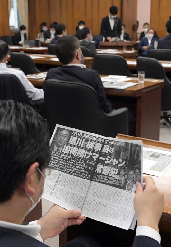 日本国会议员在看20日刊登的相关报道(每日新闻)