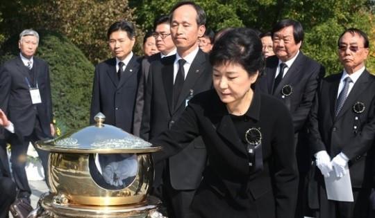 2012年,朴槿惠在国立墓地为父亲朴正熙上香。