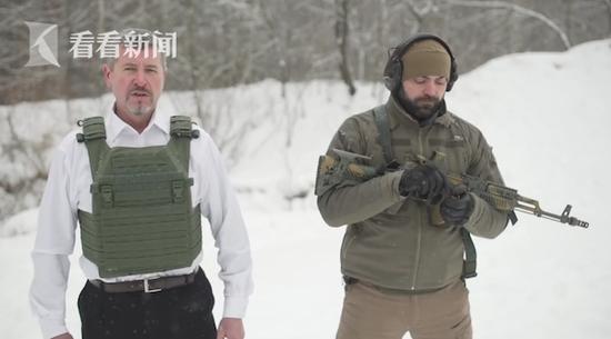 老板为宣传自家防弹衣 叫员工用突击步枪对他射击