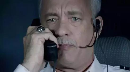 ▲萨利机长通知乘客备降。
