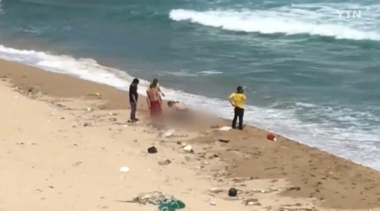 海警对溺水男子进行抢救。(韩国YTN电视台截图)