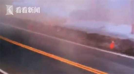台湾列车翻车瞬间画面曝光 列车出轨扬起阵阵尘