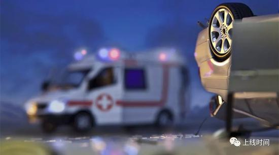媒体:救护车闯红灯撞人 撞人白撞?