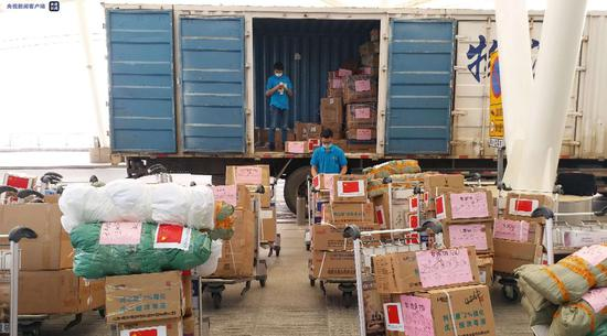 △湖南省人民政府捐赠的医疗防护物资抵达长沙黄花国际机场