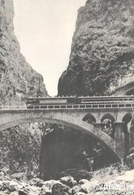(图为成昆铁路上的一线天桥)