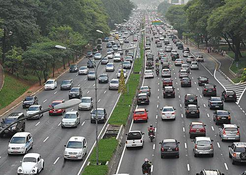 在巴西圣保罗市的一条主干道上,车辆在晚高峰时段缓慢行驶。(新华社)