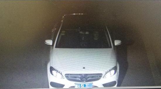 薛先生驾驶的奔驰轿车(视频截图)