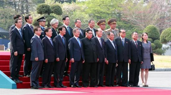 检阅仪式结束后,韩朝领导人与双方随行人员合影。