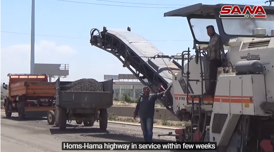 正在维修公路的叙利亚工程人员