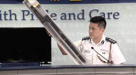 警圆展现搜寻到的军人刀