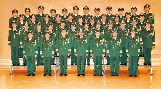 武警部队司令员王宁、政委安兆庆等领导与晋升中将、少将警衔的警官合影留念。盛正洪摄