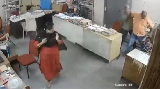 印度一女职员提醒男同事戴口罩 却遭对方一顿暴打