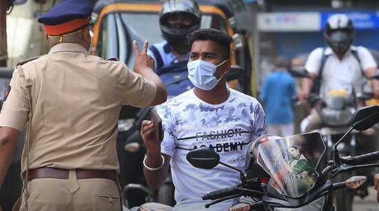 疫情防控期间印度国民需戴口罩出行,否则会被警察责罚。图/Indian Express Online视频截图