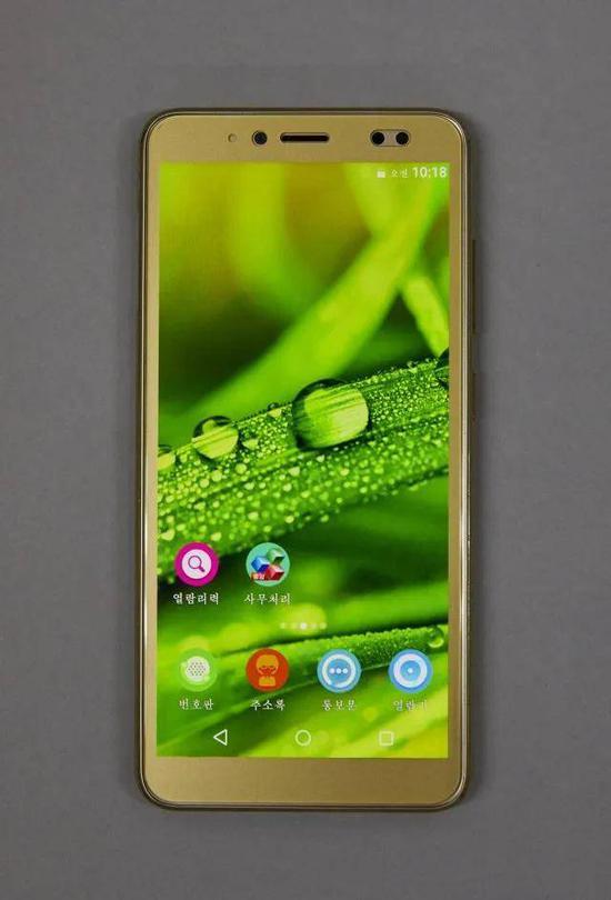 """(图说:朝鲜产高级智能手机""""平壤2423"""",外观与2014年上市的三星Galaxy S4相似,内搭载Android 8.0操作系统图源:东亚日报)"""
