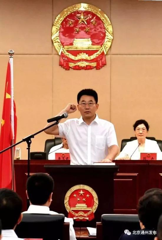 副区长刘贵明进行宪法宣誓。
