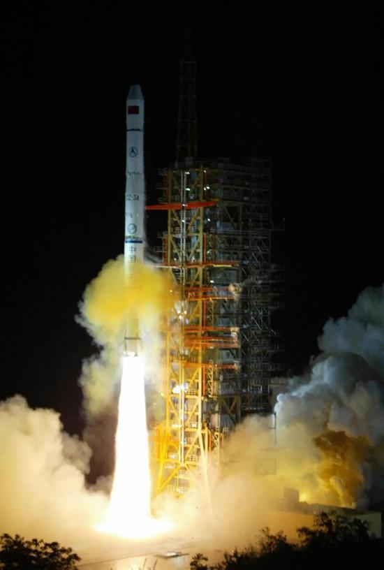 """▲2003年5月25日零时34分,我国在西昌卫星发射中央用""""长征三号甲""""运载火箭,乐成地将第三颗""""   北斗。。。一号""""导航定位卫星送入太空。"""